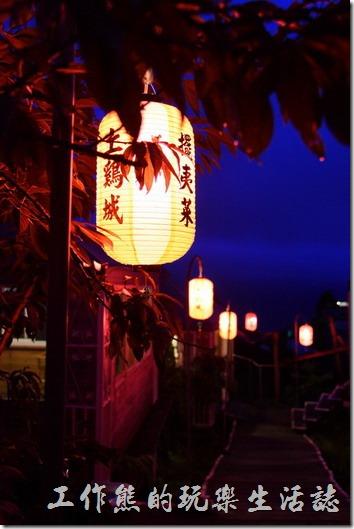 南投清境-好雞婆土雞城。入夜後的好雞婆土雞城,一盞盞的吊燈,很是漂亮。