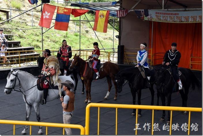 南投-青青草原。這就蒙古馬術表演的全部成員了,基本上由四位年輕的騎士表演,最前面的長者當主控者。