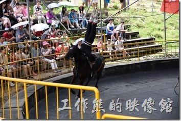 南投-青青草原。這位騎士的身手了得,表演在馬背上倒立的特技,一旁的團長隨時關注狀況。
