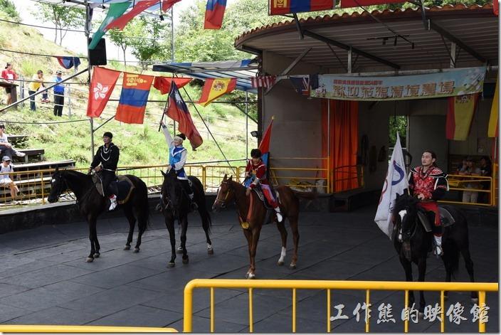 南投-青青草原。表演結束前會有每位騎士帶著一面旗幟出來像觀眾們致意。