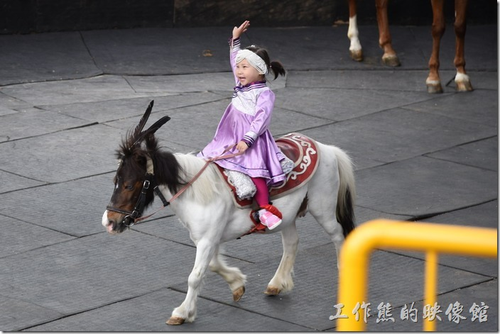 南投-青青草原。最後的壓軸由這位小女孩騎著迷你馬出來像觀眾們致意,一時之間觀眾為之瘋狂。
