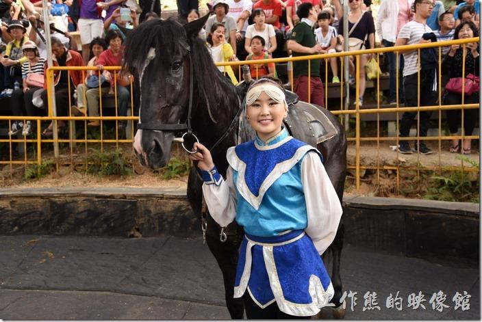 南投-青青草原。表演結束後,這些騎士會在表演場內與觀眾拍照合影,也可以買個小蘿蔔來餵馬,獎勵這些馬兒,也鼓勵這些騎士。這位年輕的女騎士,如果沒有記錯的話才16歲,最多人要求拍照合影。