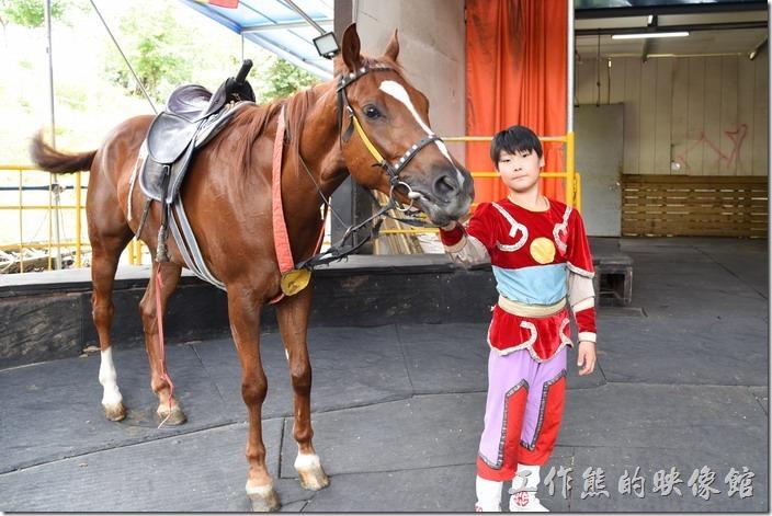 南投-青青草原馬術秀。這個小騎士也蠻 cute的。