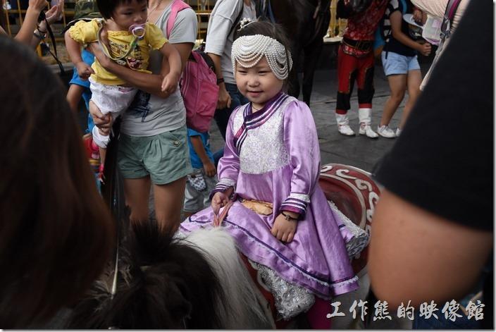 南投-青青草原。最受歡迎的小小女騎士,似乎聽不太懂中文,只會笑笑。