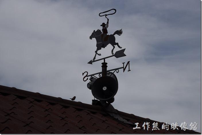 南投-青青草原。屋頂上的騎著馬匹的牛仔圖像。