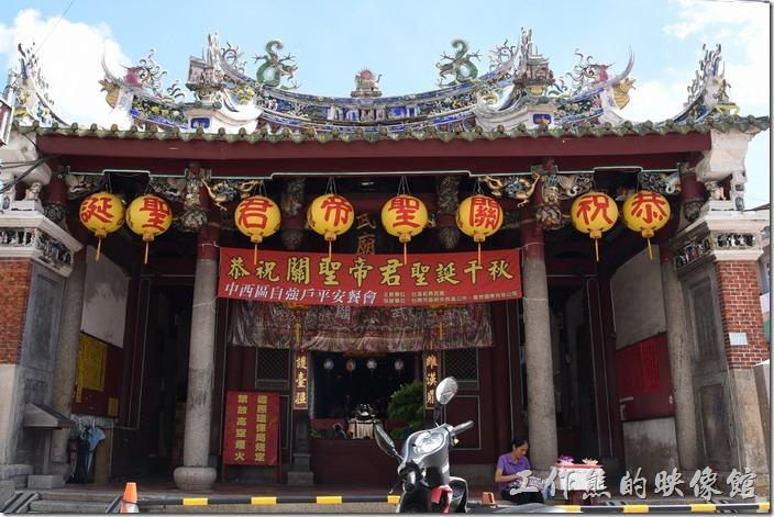 台南-武廟 (關聖帝君廟)。台南市的「祀典武廟」位於赤崁樓的正南方,俗稱「大關帝廟」或「武廟」,這是為了區別台南市新美街上另一座被稱為「小關帝廟」的開基武廟,所以台南市有大、小關帝廟,可不要跑錯地方了。
