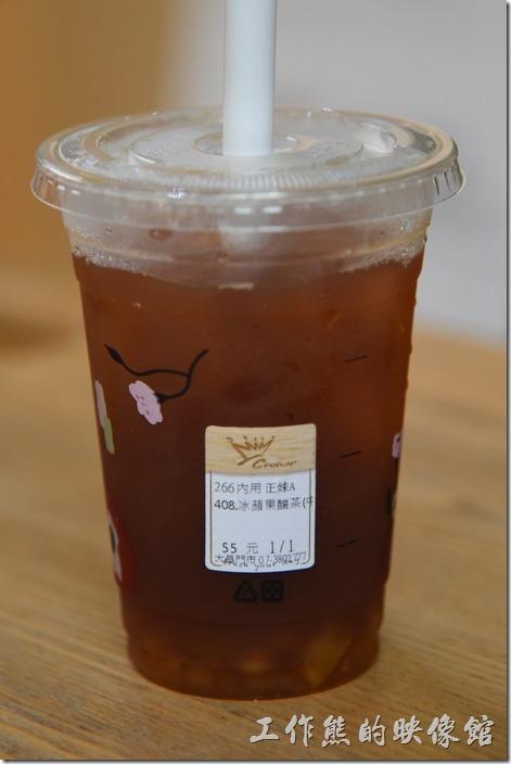 高雄-金礦咖啡大昌店。後來不好意思,又點了一杯冰的蘋果釀茶(中)NT55。有沒有看到標籤上,只要是女生點的就是「正妹」。