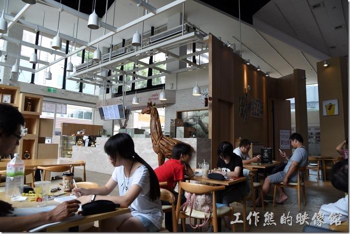 金礦咖啡高雄大昌店內的景象,寬敞的空間,挑高的樓板。