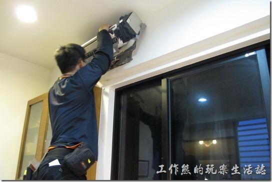 冷氣機的廠商技師正在安裝洗好的冷氣室內機,不過裝上去之後才發現冷媒有問題。