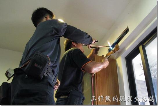 冷氣機的廠商技師正在使用乙炔火焰修復破損的銅管。