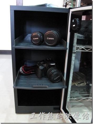 收藏家電子防潮箱V-02-05。抽屜式的電子防潮箱,可以方便取放物品。