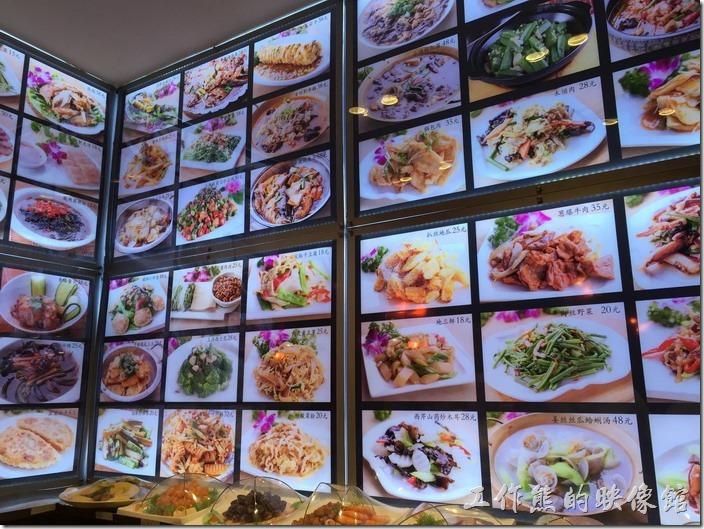 昆山-田園餃子館。所有的菜色幾乎都在餐廳的牆壁上。