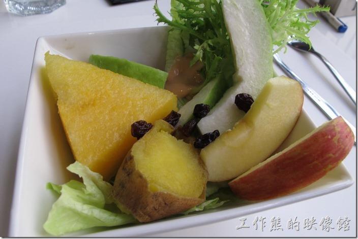 台南-森兜風午餐。午餐套餐附贈的「沙拉」,這水果沙拉跟早午餐的A套餐的央樣,不過今天的水果更新鮮好吃,冰沁的地瓜有冰沙的感覺,沙拉裡頭有千島醬。
