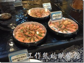 崑山-老阿爸野魚館的點菜區,這裡有許多已經做好的菜色,也有各種食材以及海鮮人顧客挑選後再選擇烹飪的方式。