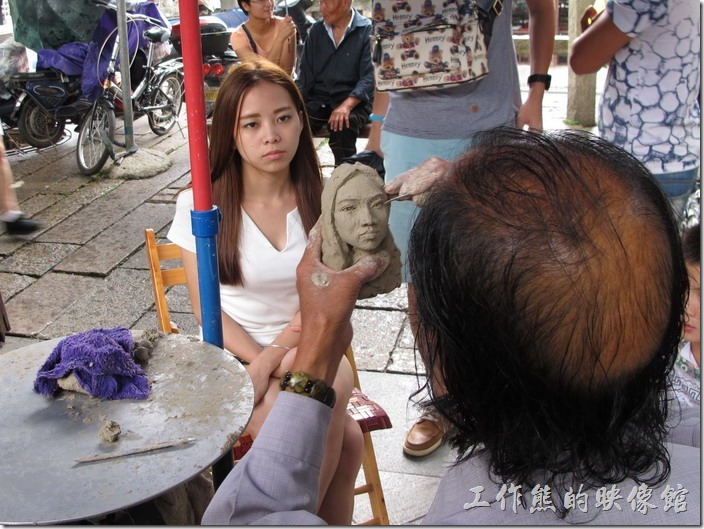 蘇州博物館。蘇州博物館外有個藝術家設攤在為遊客用黏土塑像,大約二十分鐘就可以完成一個,這個看起來像嗎?