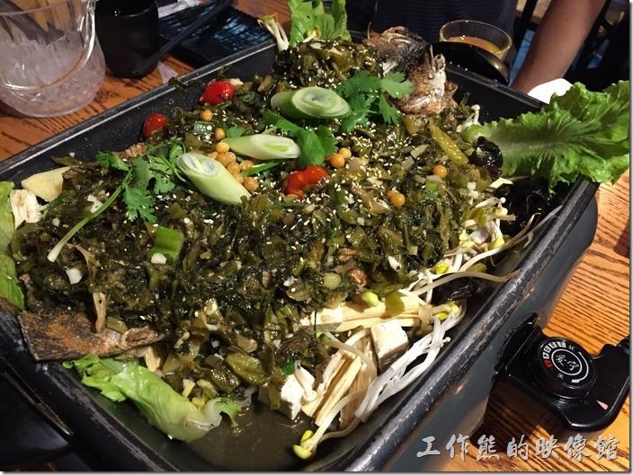 崑山-巫山烤全魚。這一條黑魚大概2斤多一點,做成微辣的酸菜味,酸菜醃得非常的好吃,酸酸鹹鹹甜甜的,魚身的下面鋪上了我們加點的配菜,建議讓它稍微烤一下,因為下面的配菜都還是生的,得烤個幾分鐘才會熟,建議要趁熱吃,因為酸菜煮久或冷掉之後就會開始變味,影響口感。