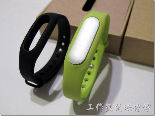 把米粒裝到手環上就是這幅模樣,右邊這個綠色的手環是額外加買的,原廠沒有綠色。