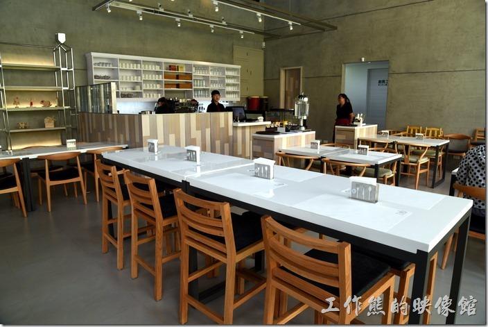 台南-森兜風早午餐。白色的桌面木質的座椅,給人一種簡約的感覺,牆壁也僅用類似清水模的水泥牆面 ,沒有過多的裝飾。