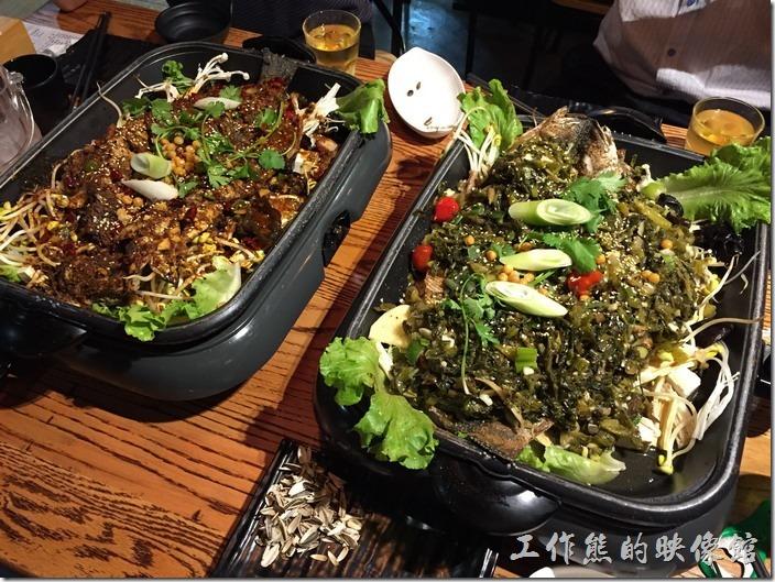 崑山-巫山烤全魚。兩條烤黑魚(香辣味、酸菜味)擺在一起來真的很壯觀。