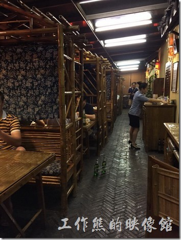 昆山老阿爸野魚館的座位及餐桌都是用竹子及木片製成。