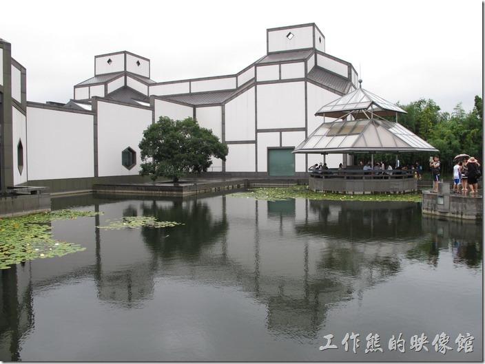 蘇州博物館。看湖面建築物的倒影又是另一番景致。
