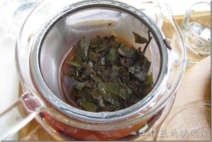 台南-森兜風午餐。把蓋子掀開後可以看到裡頭所使用的大吉嶺紅茶茶葉。