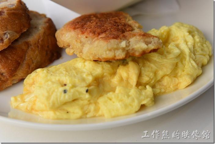 台南-森兜風早午餐。這塊香煎雞排的味道稍淡,老闆解釋說因為沒有添加太多的調味料,下次會改進。工作熊覺得炒蛋的份量似乎有點多,稍稍給它吃不完,散蛋內裡還透著鮮嫩,吃得到新鮮雞蛋的味道。