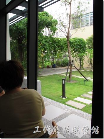 台南-森兜風午餐。森兜風餐廳有大片的落地窗,可以欣賞一旁的綠地。