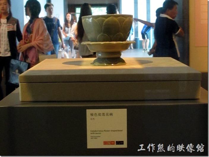 蘇州博物館。這個是蘇州地區出產的官窯「秘色瓷」,一說只有吳越國錢氏割據政權控制了越窯場,秘不示人,庶民不得使用;且釉藥配方、製作工藝保密,命令這些瓷窯專燒供奉用的瓷器故名「秘色」。