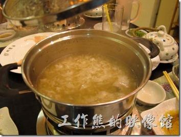 昆山-御香海小火鍋吃到飽。把小火鍋的湯底撈到剩下可易覆蓋煮一碗飯的高度,倒入米飯攪拌均勻,再倒入蛋花。建議可以先加點鹽八級七味粉。