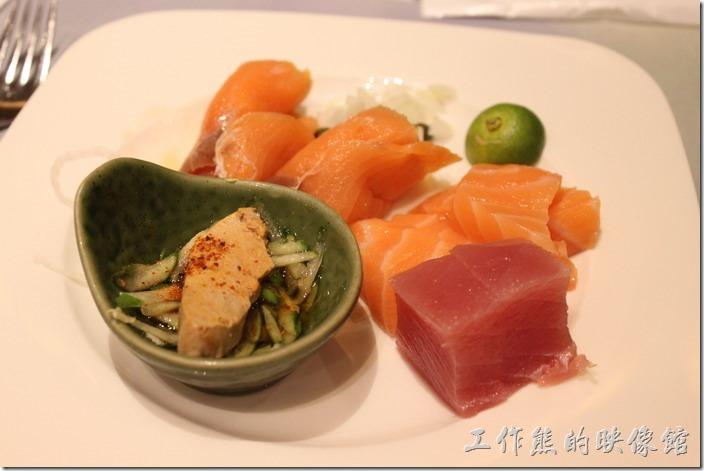宜蘭礁溪老爺大飯店自助餐。第一盤就是要來生魚片、煙燻鮭魚、鮟康魚肝,不過這生魚片的油脂似乎不太夠,口感跟一般路邊的生魚片差不多而已。
