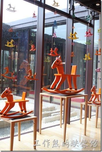 礁溪老爺大酒店內到處都是木馬的身影。這是何文彬榫接家具展。