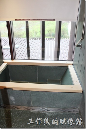 宜蘭礁溪老爺大飯店客房。客房內的浴室,這裡有個可以泡溫泉的浴缸耶,泡溫泉前記得先淨身。