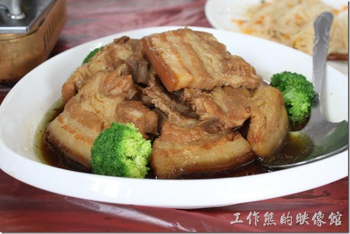 梅干扣肉,三層肉,用花椰菜點綴,這是一到下飯的菜。
