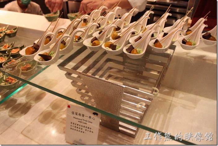 宜蘭礁溪老爺大飯店自助餐。惺惺相惜一串心。選用宜蘭的豬肝、豬膽佐以鮮嫩蒜苗。
