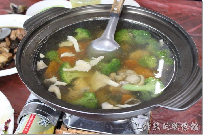 宜蘭-田媽媽瓜瓜風味餐。哈密瓜雞湯,這雞湯非常的清淡,感覺還好而已。