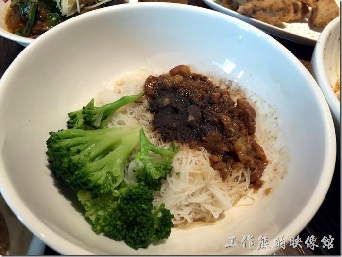 南港-春水堂。家鄉米粉,NT70。這米粉用的是篇南部的米份,吃起來有米香,容易咬斷,淋上了一些肉燥,算是中等,就壞在一旁的川燙的青花菜,感覺不是很對味。