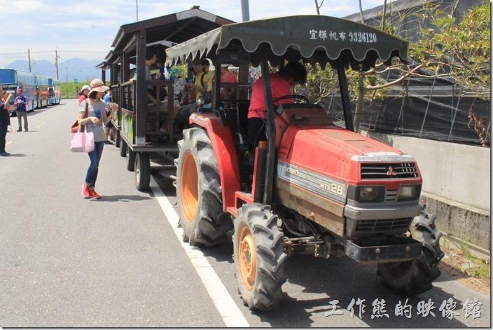 宜蘭-新南休閒農場。這個就是瓜瓜列車,用耕田的牽引車拉著一長串的列車,準備出發了。