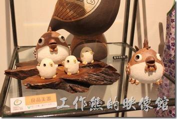 這是礁溪老爺大酒店內地下是禮品商店內所販賣的小鳥與貓頭鷹禮品,好可愛喔。