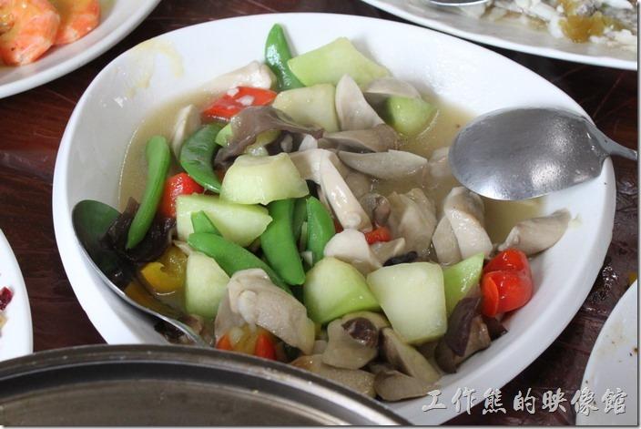 宜蘭-田媽媽瓜瓜風味餐。炒時蔬,仔細找這裡頭有哈密瓜,因為哈密瓜是甜的,與其他蔬菜整體吃起來似乎不是非常搭調。
