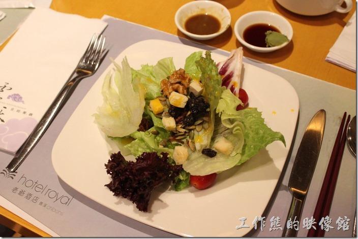 宜蘭礁溪老爺大飯店自助餐。接著來一盤自製蔬菜沙拉,因為工作熊的腸胃不好,所以中醫師囑咐一定要從澱粉類的食物開始吃起,然後才能吃蔬菜或沙拉。