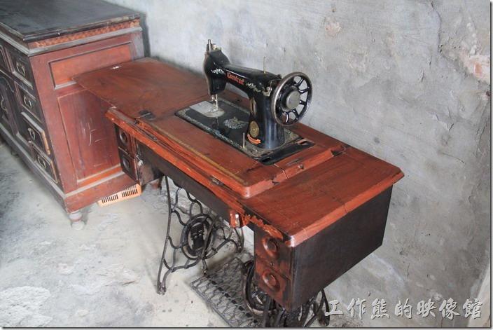 宜蘭-新南休閒農場。這裁縫車應該也有悠久的歷史了,工作熊記得以前家裡友好幾台這樣的裁縫機,因為工作熊以前家裡有人做裁縫,而且工作還會這些針活呢。