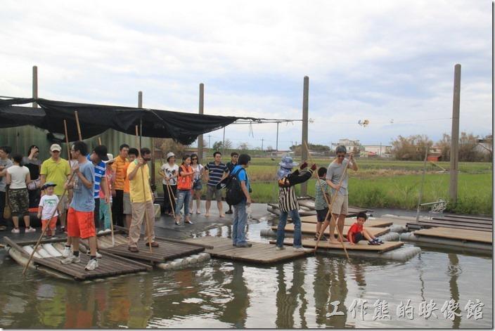 宜蘭-新南休閒農場。來體驗撐竹筏囉!看一堆人躍躍欲試的樣子,這裡的水池深度大約30~40公分已而,連小朋友也可以玩,但最好有大人陪同才比較安全,畢竟底下是爛泥巴。