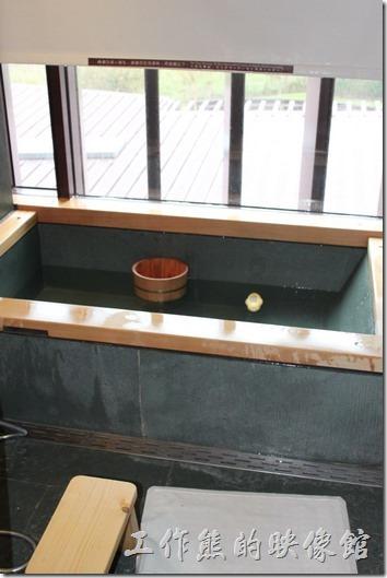 宜蘭礁溪老爺大飯店客房。泡好溫泉來休息一下!還附一個小鴨溫度計,淋浴用的水盆。