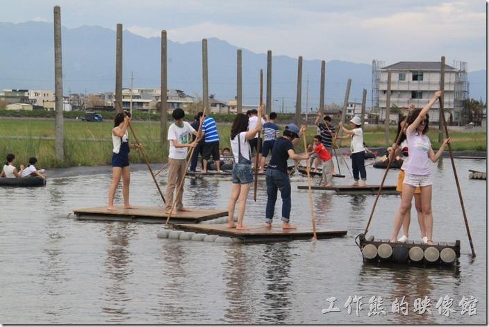 宜蘭-新南休閒農場。連女生都忍不住要下來給它玩一下,真得還蠻好玩的,不過如果只撐單邊,竹筏可是會原地打轉,所以要一次左邊,一次右邊,這樣才會往前進,竹竿就給它直接插在池底撐著往前進就是了。