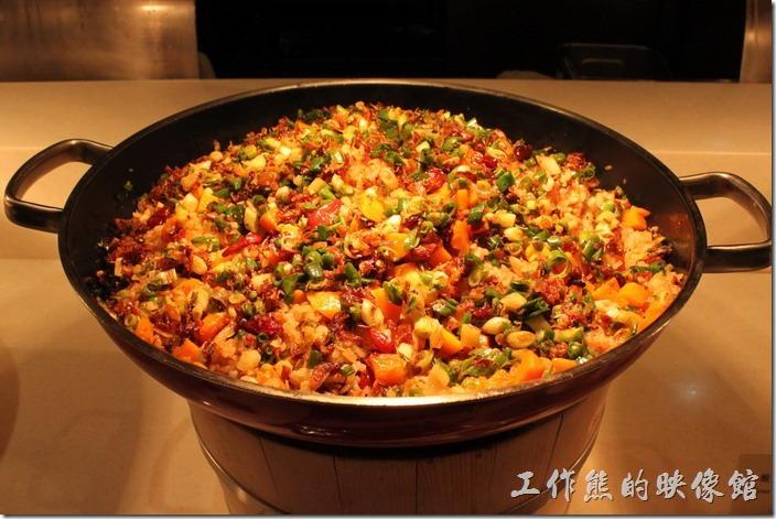 宜蘭礁溪老爺大飯店自助餐。散壽司,這道菜看起來好豐盛,下面鋪有一層白米飯。