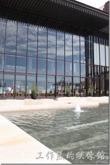 宜蘭礁溪老爺大飯店。餐廳的外面SPA池與游泳池,從玻璃上還可以看到藍天白雲的映照。