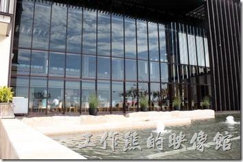 宜蘭-礁溪老爺自助餐。餐廳的外邊就是開放式的溫泉區與游泳池,可以直接欣賞到清澈的天空與水波。