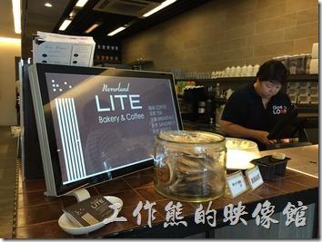 台南南港-LITE麵包店內的櫃台及用餐環境。