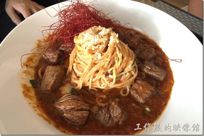 台南南港-Lite。烈焰骰子牛義大利麵,NT320。這盤義大利麵很超值啊!因為牛肉很多,旁邊紅色的細絲物忘記是什麼下去油炸的,吃起來沒什麼味道,就是裝是點綴用。